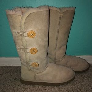 UGG WORN ONCE - triple button detailing
